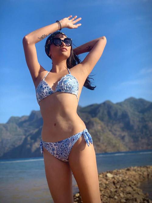 Rời Bali, Võ Hoàng Yến tiếp tục đến với hòn đảo Coron, Philippines. Coron nằm ở miền BắcPalawanvà là đảo lớn thứ 3 trong quần đảo Calamian, cách không xa đảo El Nino. Nơi đâyvẫn giữ được vẻ hoang sơ, thơ mộng và yên bình. Du kháchbay tớiTP Busuanga và từ cửa ngõ này, đi ô tô khoảng một giờ tới thị trấn Coron hoặccó thể lựa chọn thuyền SuperFerry để di chuyển từ Manila đến Coron.
