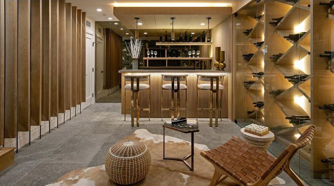 Quầy bar được thiết kế ngay trong hầm rượu.