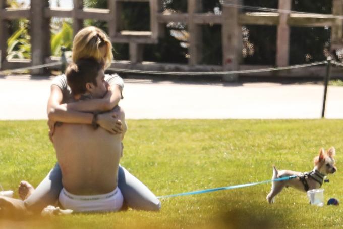 Hailey ôm xiết an ủi chồng trong công viên bên bãi biển hôm 19/3 khi Justin có tâm trạng buồn phiền.