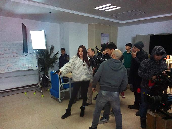 Nữ diễn viên quay cảnh bắn súng.