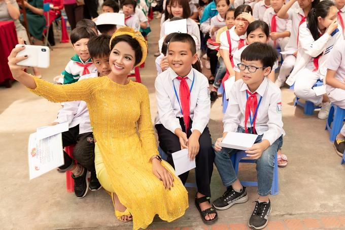 HHen Niê mang giày chỉ 80.000 đồng đi sự kiện - 4