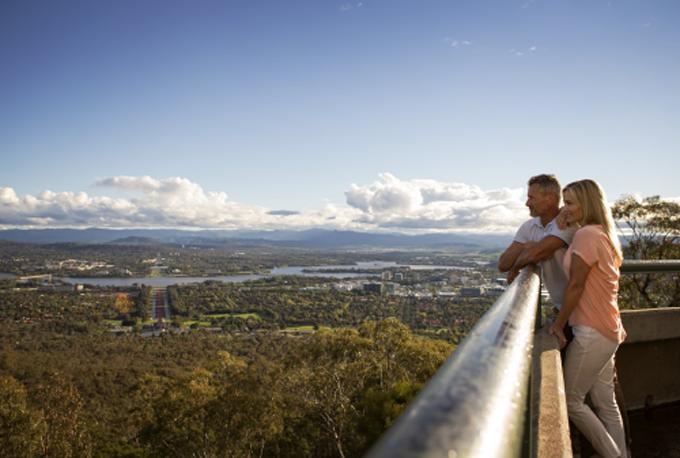 Du khách ngắm toàn cảnh thủ đô Canberra từ đỉnh núi Ainslie.