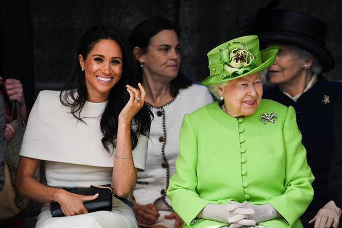 Meghan và Nữ hoàng xem màn trình diễn của thiếu nhi ở hạt Cheshire hồi tháng 6/2018. Ảnh: UK Press.