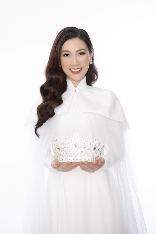 Trong top 3, Hoa hậu Phí Thuỳ Linh là người hăng hái tham gia showbiz khi liên tiếp xuất hiện trong các event, trình diễn thời trang và tích cực làm từ thiện.