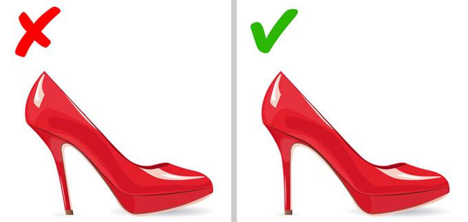 Để ý thiết kế của gót giàyGót giày nên   thẳng đứng chứ không nên xiên ra ngoài hay hướng vào trong. Những mẫu giày cách điệu như vậy có thể gây ra nhiều vấn đề khi sử dụng và cũng nhanh hỏng hơn.
