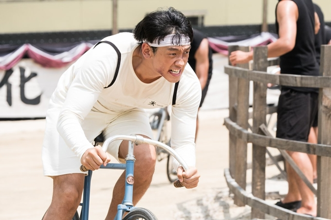 Trước ngày phim bấm máy, ông xã của ngọc nữ Kim Tae Hee đã dành nhiều thời gian để tập đạp xe với 20 vòng mỗi ngày. Giống như nhiều cảnh trong phim, nam ca sĩ cũng không ít lần bầm dập vì bị thương ở ngoài đời. Tổng chặng đường anh đã đạp xe trong thời gian tập luyện cũng như quay phim lên đến gần 20.000 km.