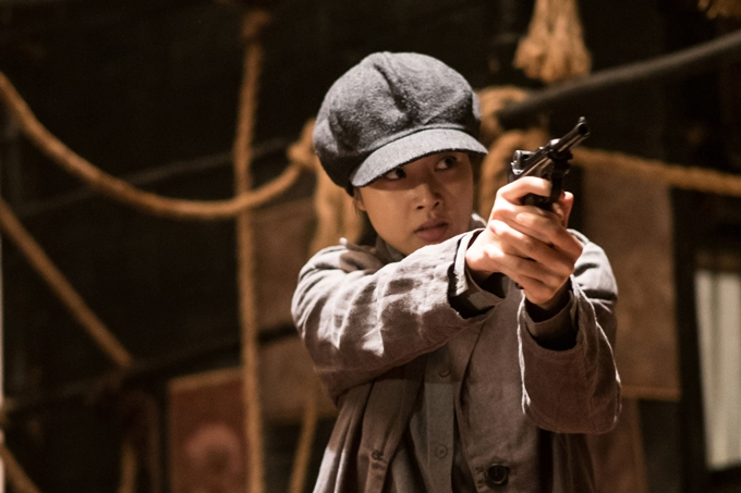 Thể hiện vai nữ chính trong phim - nữ chiến sĩ cách mạng Hyung Shin là diễn viên Kang So Ra. Tình cũ của Huyn Bin hóa thân vào hình ảnh đả nữ mạnh mẽ, cá tính, thường đội mũ lụp xụp, mặc đồ nam tính và tối màu. Cô thực hiện nhiều màn rượt đuổi, bắn súng, đánh võ đẹp mắt trong phim.