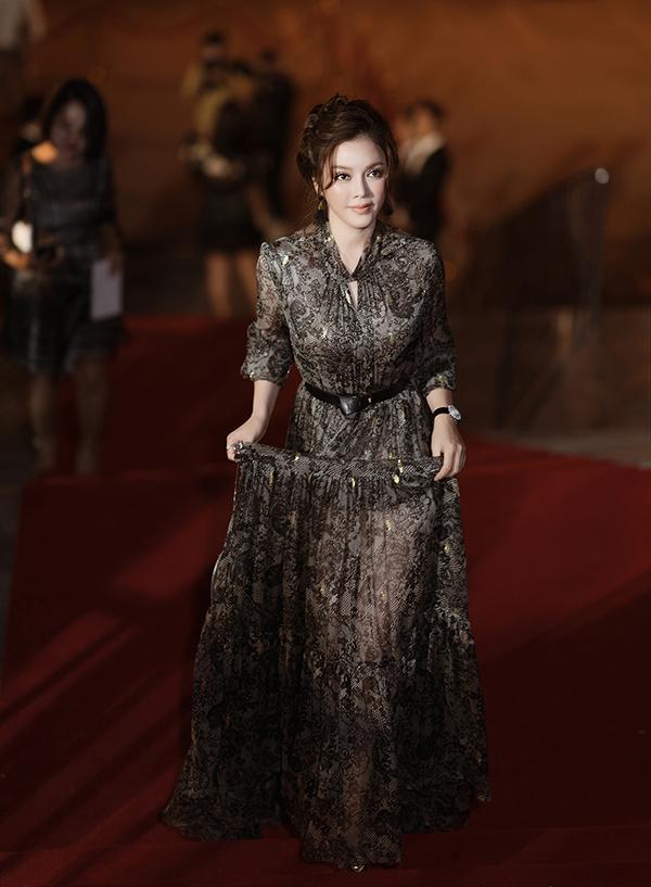 Dự sự kiện thời trang tối 20/3, Lý Nhã Kỳ xuất hiện duyên dáng trong chiếc váy chiffon mềm mại, kín đáo.
