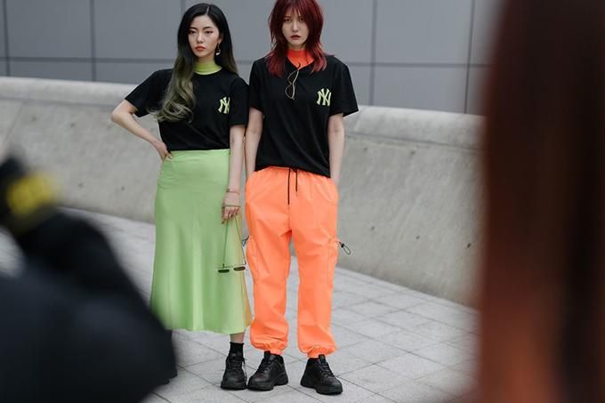 Tông xanh lá và cam rực rỡ được nhiều cô nàng xinh xắn yêu thích. Họ chọn lựa để sử dụng cùng trang phục đen.