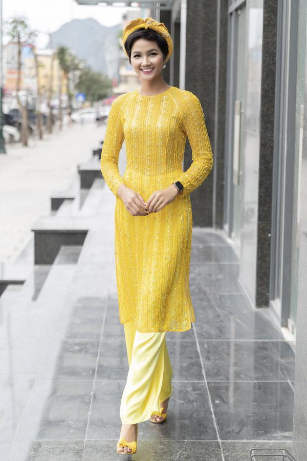 Tham gia  một lễ trao học bổng ngày 22/3, HHen Niê ghi điểm bởi sự giản dị, yêu kiều với tà áo dài màu  vàng kết hợp giày cao gót đồng điệu. Đôi giày có giá 80.000 đồng được cô mua từ trước lúc thi Hoa hậu Hoàn vũ Việt Nam 2017.