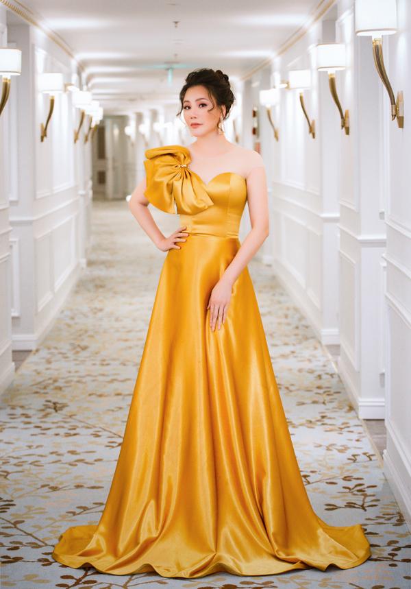 Mẫu váy cúp ngực nhấn nhá nơ bản lớn đem tới  cho Hồ Quỳnh Hương nét  quyến rũ nhẹ nhàng.