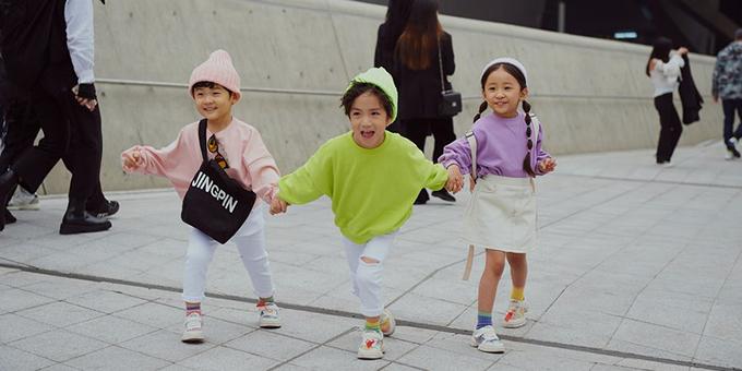 Các fashionista nhí cũng được ba mẹ chọn trang phục neol để tham gia chụp ảnh street style tại Seoul Fashion Week 2019.