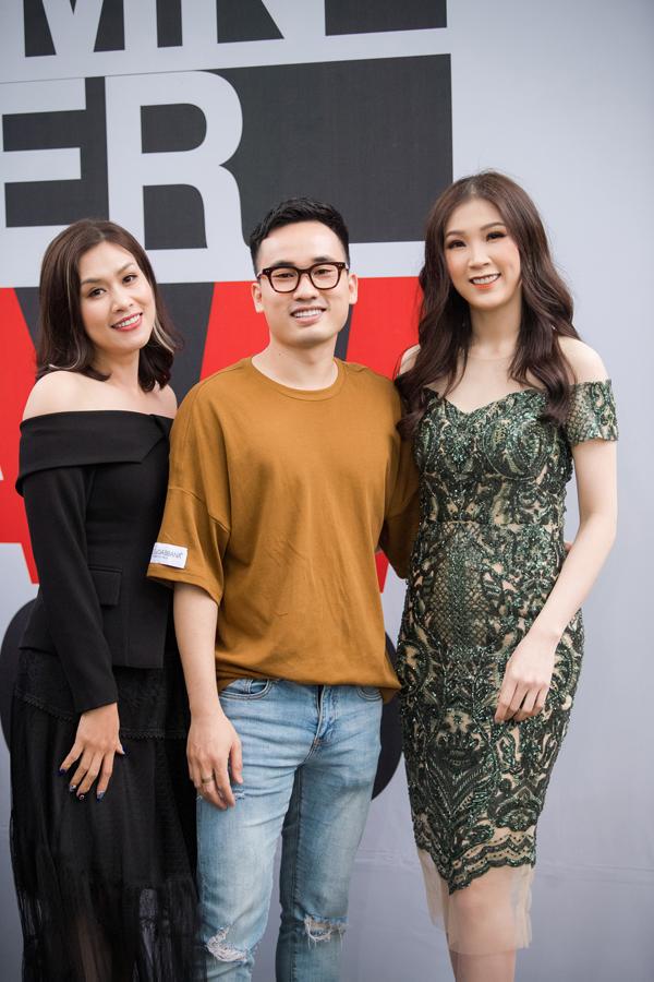 Diễn viên Hà Hương và Hoa hậu Áo dài 2018 đến ủng hộ cho NTK Hà Duy ra mắt bộ sưu tập mới vào chiều qua.