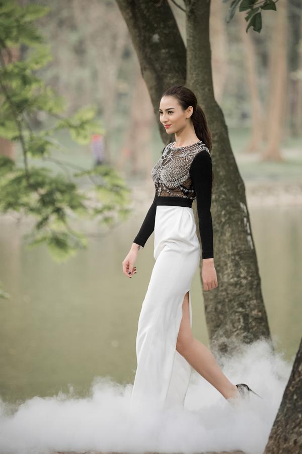 Hồng Quế đảm nhận vai trò vedette cho bộ sưu tập Popstar của NTK Hà Duy, một người bạn thân thiết. Bộ đầm đen - trắng có thiết kế thanh lịch nhưng lại nổi bật nhờ chi tiết áo xuyên thấu với hàng trăm viên đá được đính kết tỉ mỉ.