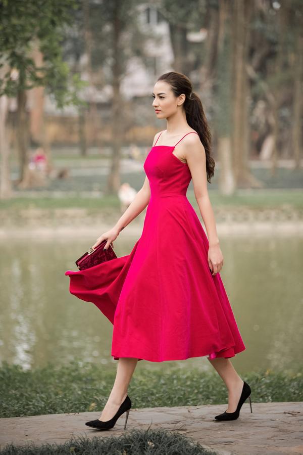 Cô còn trình diễn bộ váy đỏ có kiểu dáng cổ điển nhưng tôn được nét quyến rũ.