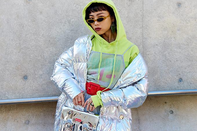 Cùng với màu xanh lá non, các kiểu trang phục và phụ kiện làm bằng chất liệu metalic cũng được nhiều bạn gái chọn lựa.