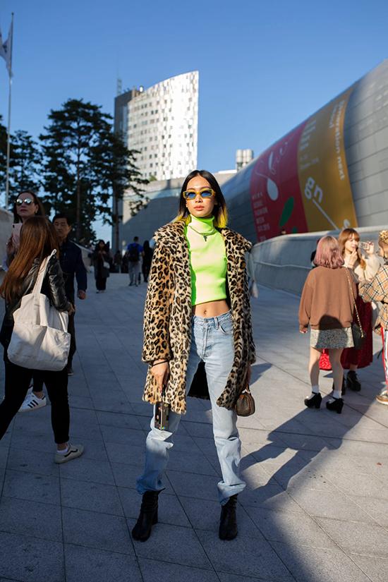 Cùng các fashionista châu Á, tuần lễ thời trang tổ chức tại Seoul năm nay còn thu hút nhiều bạn trẻ đến từ châu Âu, Mỹ... và họ cũng chọn trang phục màu neol để tăng sức hút.