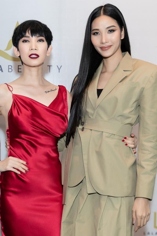 Á hậu Hoàng Thùy từng là học trò của Xuân Lan tại cuộc thi VietNams Next Top Model 2011. Cô dành thời gian đến chúc mừng cô giáocó bước ngoặt mới trong sự nghiệp.