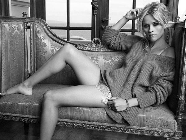 Là bà mẹ ba con, diễn viên kiêm nhà sản xuất, Reese Witherspoon không tránh khỏi những lúc khủng hoảng cả về thể chất lẫn tinh thần. Cô chọn tập yoga để giải tỏa căng thẳng, đồng thời, tăng cường sức khỏe và duy trì vẻ trẻ trung. Dù có bận rộn đến đâu Reese cũng cố gắng dành một khoảng thời gian nhất định trong ngày để tập luyện.