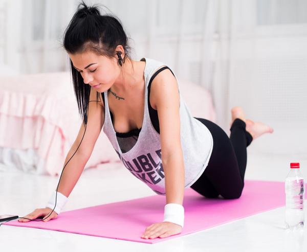 Tập thể dục cho ngực Các bài tập được thiết kế riêng cho vùng ngực không chỉ giúp vòng một săn chắc, nở nang hơn mà còn ngăn ngừa da ngực lão hóa. Thường xuyên tập các bài tập này là cách đơn giản giúp giảm hình thành nếp nhăn vùng ngực.