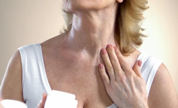 Massage ngực thường xuyên Cũng giống như da mặt, cần được massage để tăng độ đàn hồi, nâng cơ, chống chảy xệ, vùng da ngực cũng vậy. Bạn có thể dành vài phút sau khi thoa kem dưỡng massage vùng da ngực mỗi tối.