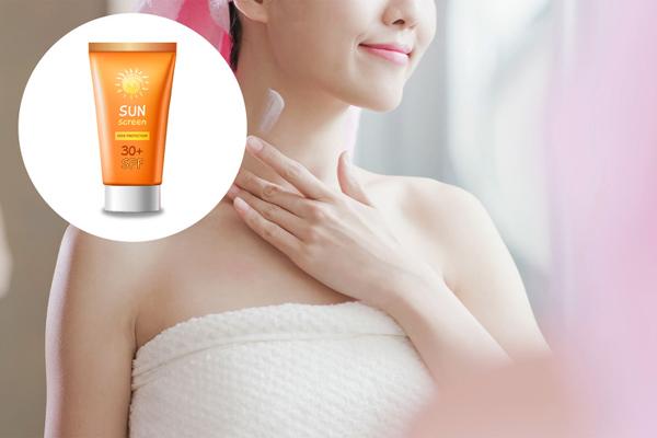 Chống nắng cho da ngực Tia UV là tác nhân gây ra lão hóa sớm không chỉ cho da mặt mà còn cho cả da cổ và da ngực. Vì vậy, bạn cần thoa kem chống nắng đều đặn cho tất cả các vùng da trên.