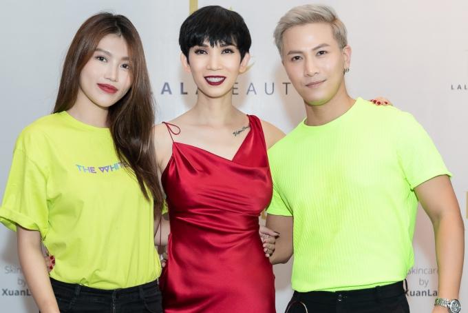 Người mẫu Quỳnh Châu và ca sĩ Mai Tiến Dũng mặc đồ đôi dự sự kiện.