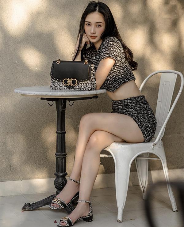 Nếu có vòng eo thon gọn và ưa chuộng phong cách sexy thì set đồ áo crop-top đi kèm chân váy đồng điệu của Jun Vũ là lựa chọn thích hợp.
