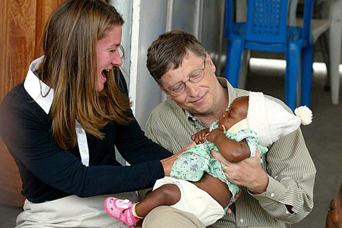 Vợ chồng tỷ phú Bill và Melinda Gates làm từ thiện tại Châu Phi. Ảnh: Gatesfoundation.