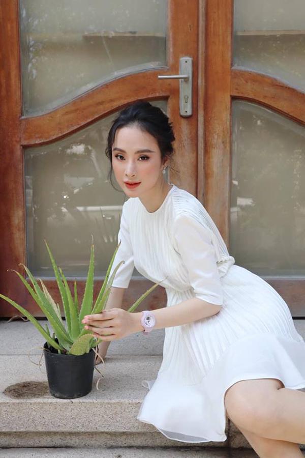 Angela Phương Trinh nhẹ nhàng với đầm xòe, nhấn eo nhẹ nhàng. Chất liệu chiffon lụa được xử lý xếp ly để tăng phần nữ tính cho trang phục.