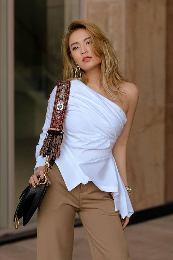 Ngoài cách diện nguyên set đồ trắng, các bạn gái có thể tham khảo việc mix áo lệch vai đi kèm quần ống suông màu cà phê sữa như Hoàng Thùy Linh.