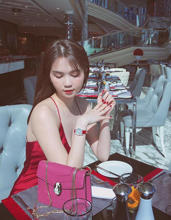 Váy hai dây màu đỏ thắm của Ngọc Trinh là trang phục vượt trội về khoản tôn làn da trắng. Khi sử dụng mẫu váy này để hẹn hò cà phê cùng bạn bè, các nàng cũng cần chọn tông son hài hòa để giúp mình có được tổng thể hoàn hảo.