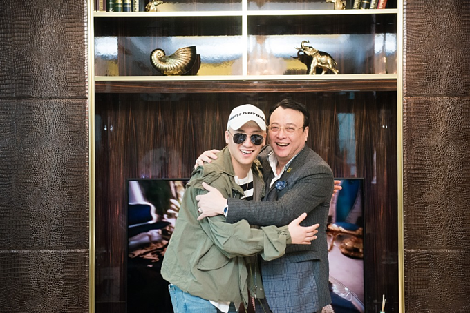 Seungri trong căn hộ sang được ông Đỗ Anh Dũng (phải) tăng năm 2016. Ảnh:Tân Hoàng Minh.