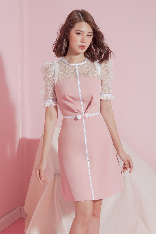 Voan mỏng phủ họa tiết kim tuyến được kết hợp cùng lụa hồng để mang tới mẫu váy tôn nét thanh lịch cho phái đẹp đi tiệc.