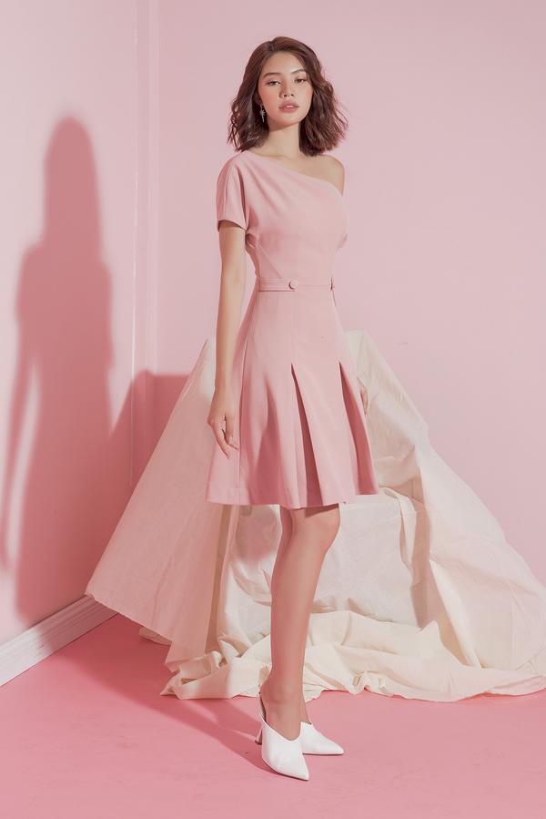 Đầm đi tiệc cho nữ công sở vào mùa hè được khai thác những khoảng hở ý nhị. Từng chi tiết đều được chăm chút để hình ảnh người mặc toát nên sự tinh tế, thanh lịch.