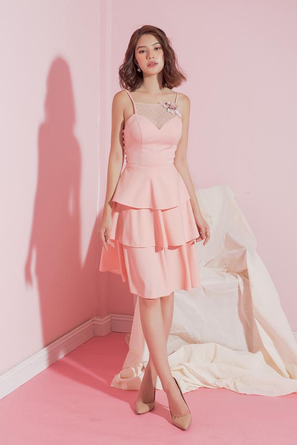 Các mẫu váy đi theo hai phong cách là dịu dàng và gợi cảm, giúp phái đẹp có thêm nhiều lựa chọn trong việc xây dựng hình ảnh hiện đại.