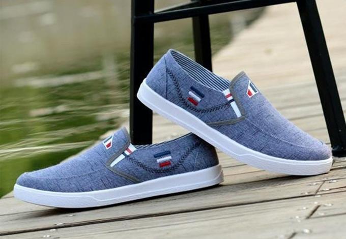 Giày lười vải nam Rozalo RM5414 bán với giá 114.000 đồng, thiết kế trẻ trung, dễ dàng phối trang phục. Mũi giày tròn, đế bằng cao su tổng hợp, xẻ rãnh chống trơn trượt.