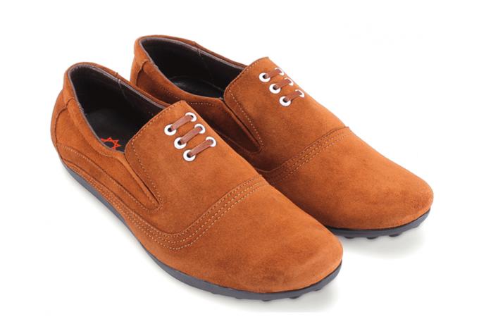 Với những người yêu thích thời trang cá tính, mẫu giày từ Huy Hoàng có thể tạo nên ấn tượng cho tổng thể trang phục. Chất liệu da bò thật, càng sử dụng lâu bề mặt da sẽ càng bóng đẹp tự nhiên. Da bò mềm mại hạn chế tình trạng trầy xước và gãy khi sử dụng lâu ngày. Dáng chuẩn, ôm gọn bàn chân, dễ dàng mang vào chân và tháo ra. Giày hiện giảm còn 549.000 đồng (giá gốc 769.000 đồng).