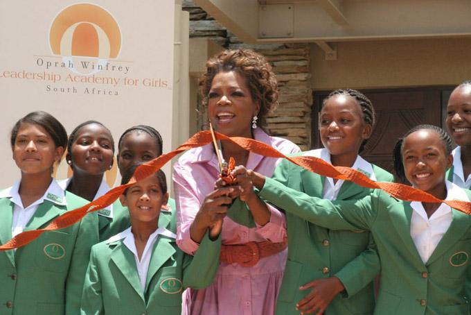 [CaptioVà vào năm 2007, Winfrey đã mở Học viện lãnh đạo dành cho nữ Oprah Winfrey ở Nam Phi. Năm 2017, cô cho biết cô đã chi khoảng 140 triệu đô la trong 10 năm qua để duy trì trường học.Gần đây nhất, cô ấy đã quyên góp 100 triệu đô la cho chiến dịch Times Up.