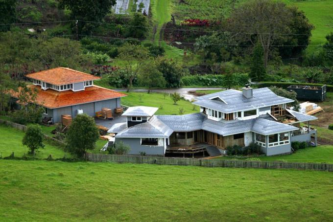 Oprah Winfrey cũng sở hữu một nông trại rộng 163 ha ở Maui thuộcQuần đảo Hawaii, Mỹ trị giá 32 triệu USD.