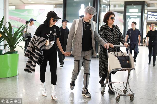 Ba người đồng hành tại sân bay.