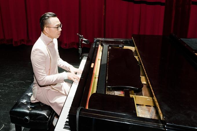 Nhạc sĩ Nguyễn Hồng Thuận vừa tổ chức thành công 5 đêm diễn của liveshow Gửi người yêu cũ tại Mỹ. Chương trình đánh dấu chặng đường 15 năm làm nghề cùng những bài hit ghi dấu tên tuổi của anh trong làng nhạc Việt.