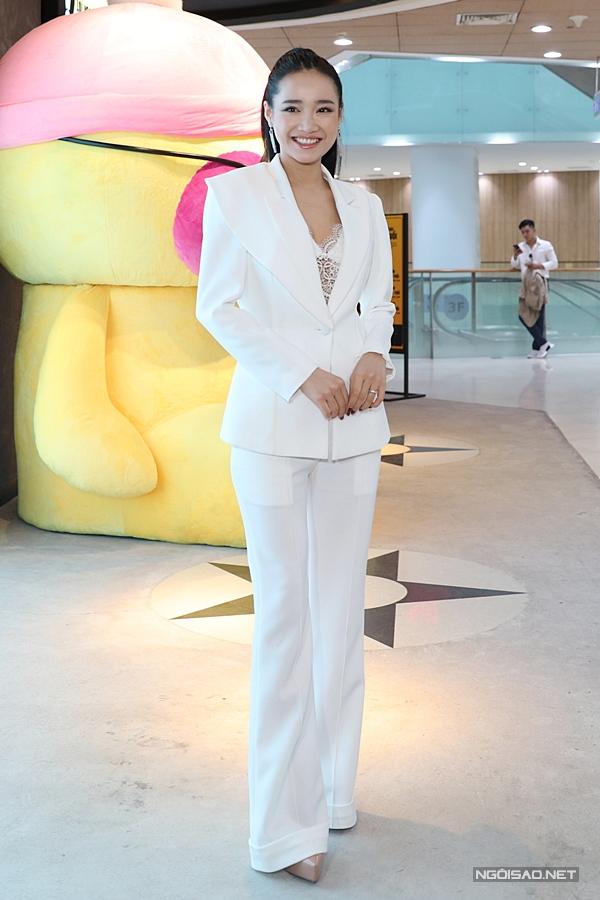 Diễn viên Nhã Phương diện vest cá tính, khoe vẻ gợi cảm qua trang phục bằng ren bên trong, chiều 27/3 tại TP HCM. Cô xuất hiện tại buổi họp báo giới thiệu bộ phim ngắn Infill & Full set do Nhã Phương sản xuất và đóng vai chính vào năm 2017.