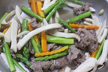 Nấm đùi gà xào thịt bò đơn giản mà ngon - 2
