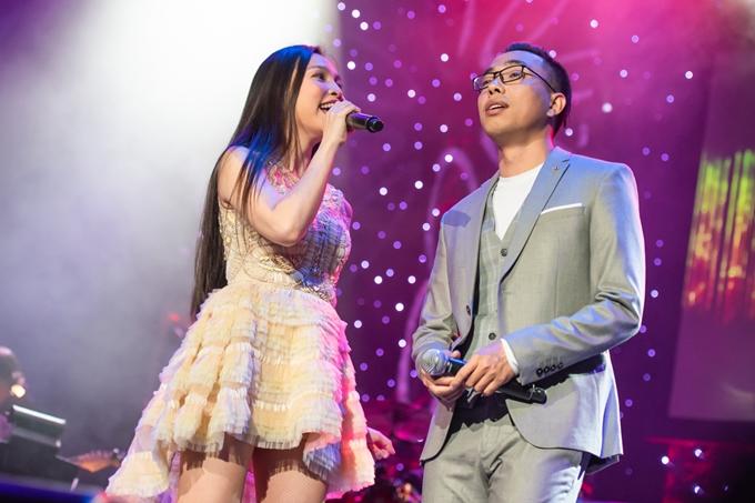 Ca sĩ Hiền Thục (trái).