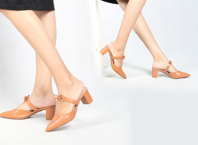 Giày cao gót thời trang nữ Erosska EH026- Màu cam đất - Nâu - Nâu 219.000 Màu sắc: Cam đất  Kiểu dáng: Giày cao gót  Chất liệu : Da mềm  Thiết kế: Trẻ trung, nhẹ nhang  Chiều cao: 5 cm Tránh mang sản phẩm khi trời mưa hoặc thời tiết xấu để chúng không bị ướt dẫn đến bong tróc  Cất giữ sản phẩm ở nơi thoáng mát để giữ gìn chất lượng của sản phẩm ở mức tốt nhất