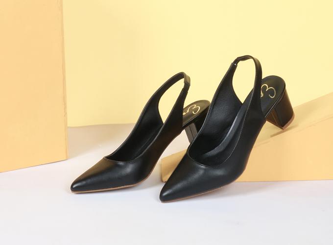 Giày cao gót thời trang nữ Erosska EH015- Màu đen - Đen - Đen 219.000đ300.000 Màu sắc: Đen  Kiểu dáng: Giày cao gót  Chất liệu : Da mềm  Thiết kế: Trẻ trung, nhẹ nhang  Chiều cao: 5 cm Chú ý là nên dùng bàn chải mềm hoặc khăn mềm để chà giặt sẽ tốt hơn cho đôi giày của bạn.  Nên phơi đôi giày trong mát, không nên phơi trực tiếp dưới ánh nắng mặt trời.
