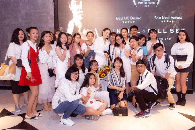 Đông đảo khán giả hâm mộ cùng đến gặp mặt và theo dõi phim ngắn của Nhã Phương.