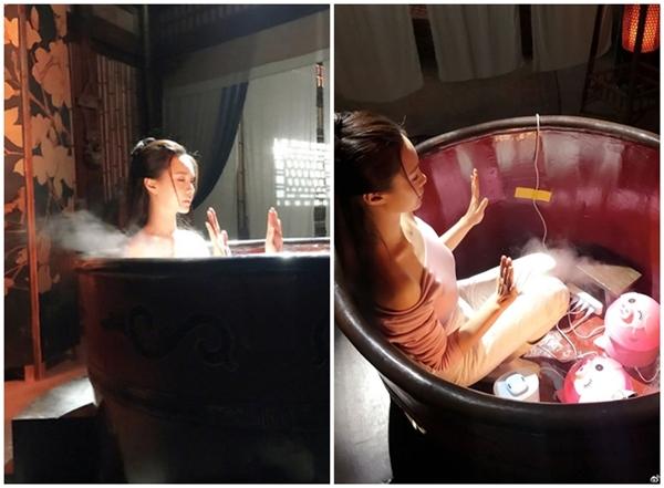 Trong phim Tân Nhà trọ Long Môn, Thẩm Mộng Thần cũng chỉ giả bộ tắm, vì bên trong bồn không có nước, chỉ có mấy chiếc máy tạo khói.