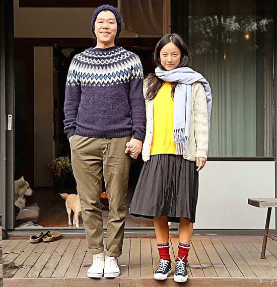 Chuyện tình của Lee Sang Soon và Lee Hyo Ri từng được ví như câu chuyện cổ tích của làng giải trí xứ Hàn. Đám cưới giản dị của cặp đôi diễn ra vào tháng 9/2013 cấp phải nhiều sự phản đối, bình luận tiêu cực của khán giả. Lee Sang Soon thậm chí còn bị mỉa mai là quái thú vì vẻ ngoài không đẹp trai, tiền tài, sự nghiệp đều thua kém bà xã. Sau khi cưới, Lee Hyori từ bỏ ánh hào quang, chuyển về sống tại một căn nhà gỗ nhỏ, trồng rau, nuôi thú cưng cùng chồng. Cuộc sống đơn giản của cặp đôi luôn tràn ngập sự vui vẻ, ngọt ngào. Lee Sang Soon thường xuyên sáng tác, chơi nhạc tặng vợ khi Lee Hyori thức dậy mỗi sáng. Nữ hoàng gợi cảm còn được chồng kể chuyện cổ tích mỗi tối trước khi ngủ. Chuyện tình đẹp đẽ kéo dài đến hiện tại của hai vợ chồng Lee Hyo Ri được nhiều khán giả khâm phục và ngưỡng mộ.